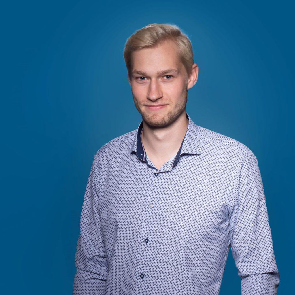 Porträt von Felix Gerhardt vor blauem Hintergrund