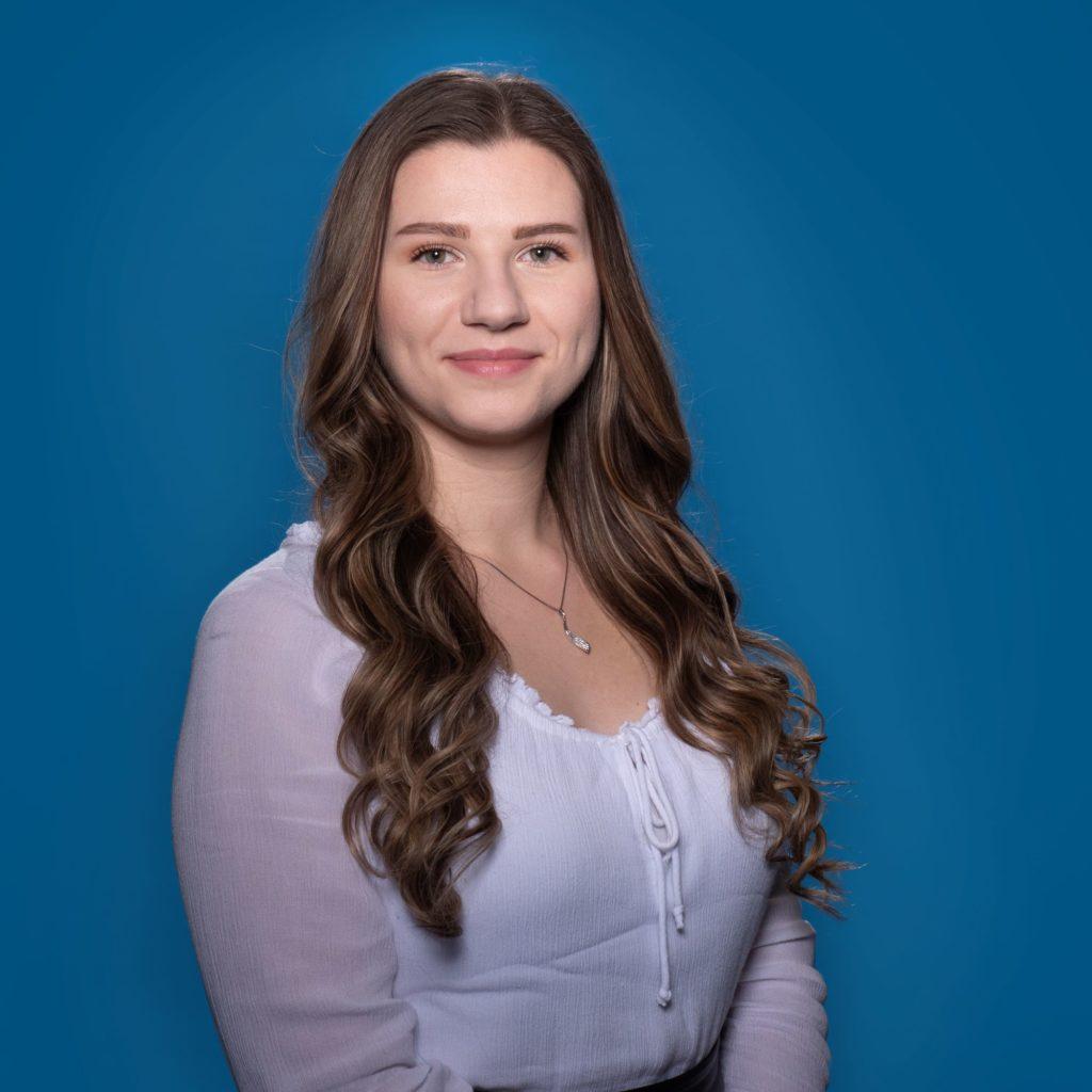 Porträt von Lilly Findeisen vor blauem Hintergrund