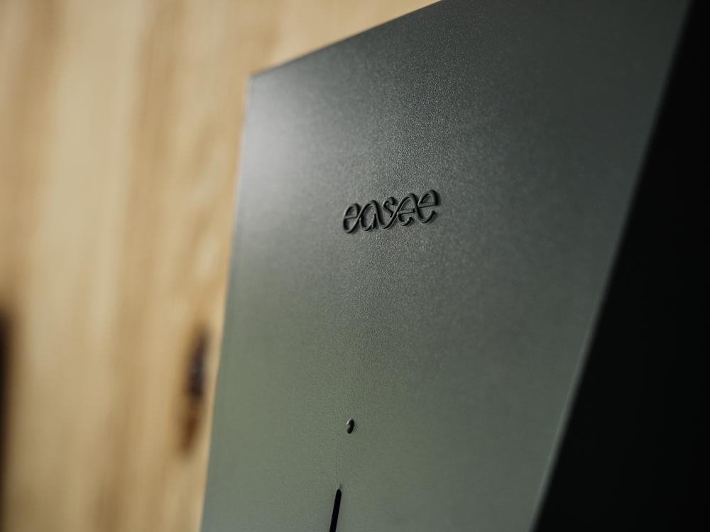 Nahaufnahme des Easee Schriftzugs auf einer Easee Home Wallbox