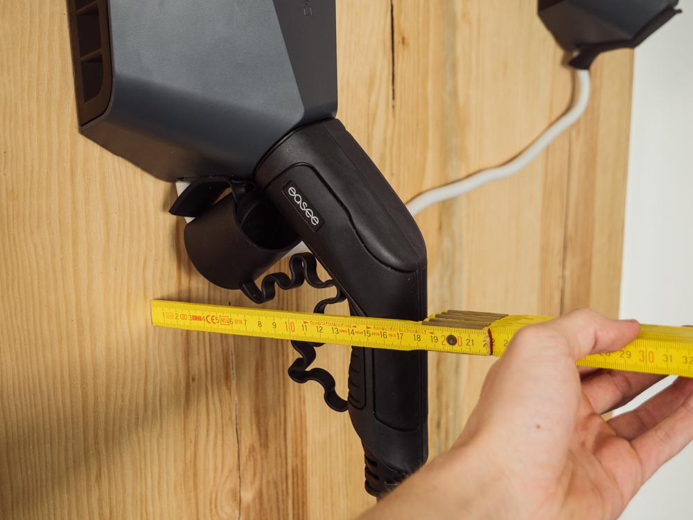 Eingesteckter Stecker in Easee Home ragt 15 cm von Wand heraus