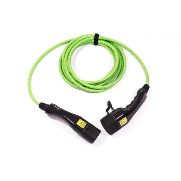 Liegendes, grünes Typ-2-Ladekabel mit glänzend schwarzen Steckern