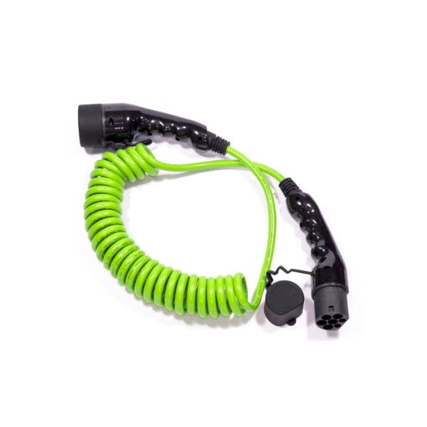Liegendes, grünes Typ-2-Spiral-Ladekabel mit glänzend schwarzen Steckern