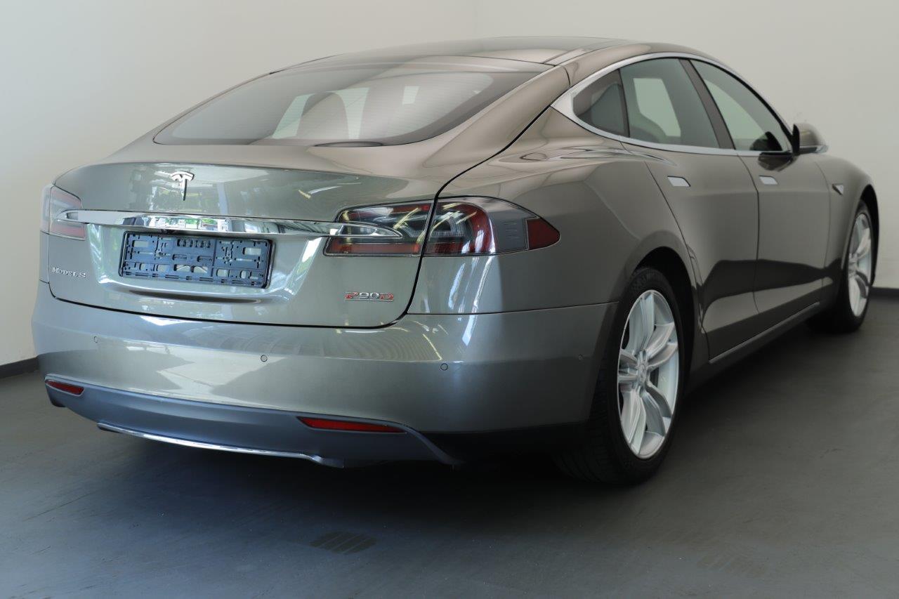 Rückseite eines grauen Tesla Model S