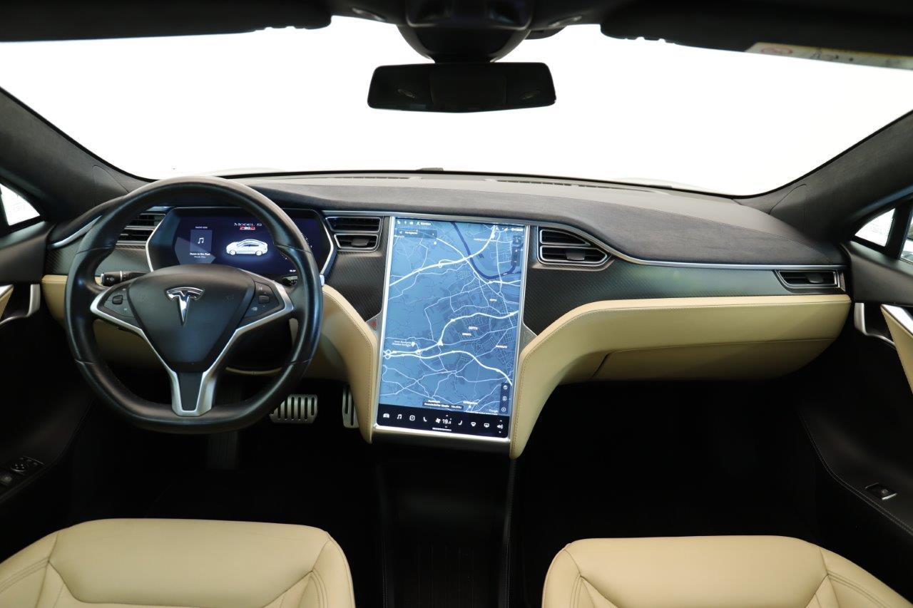 Cockpit des Tesla Model S mit großem vertikalen Touchscreen