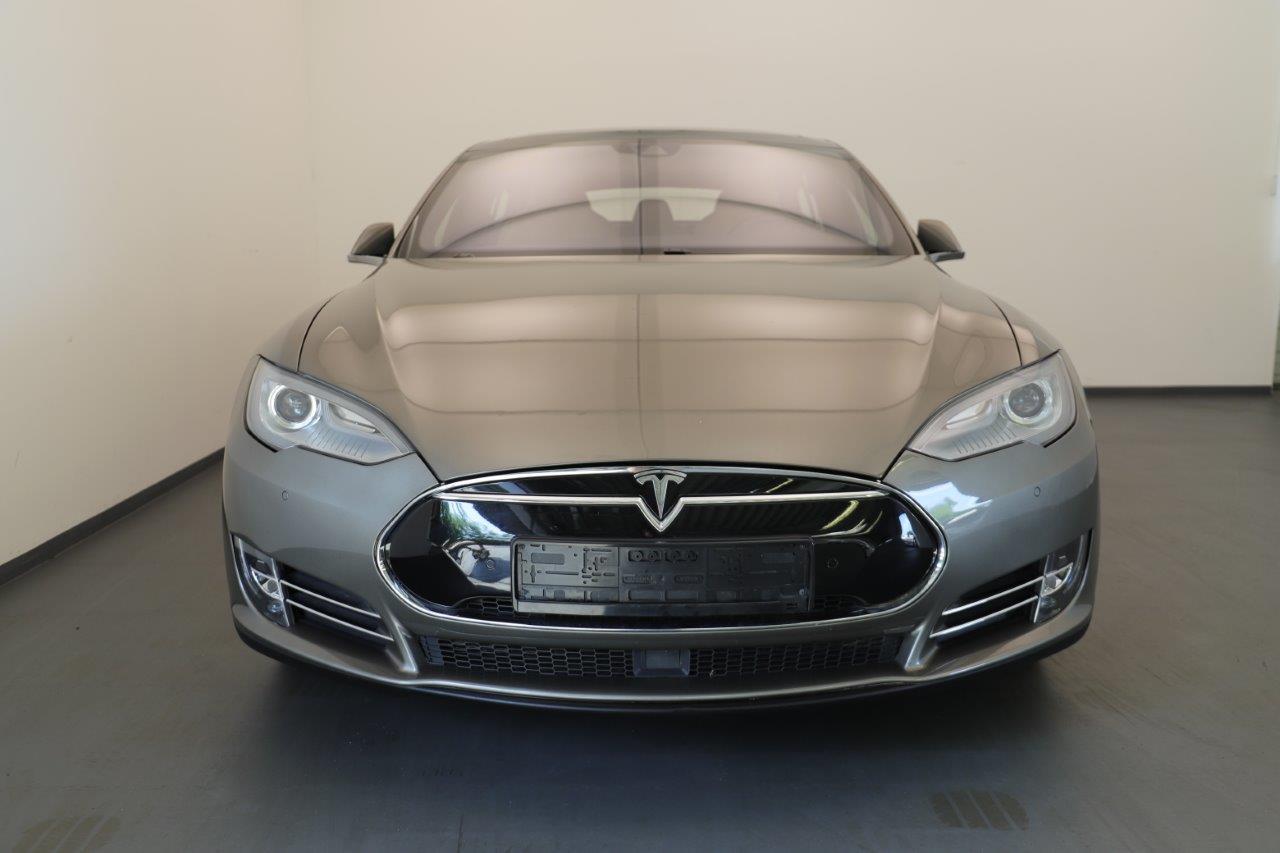Frontalsicht auf graues Tesla Model S