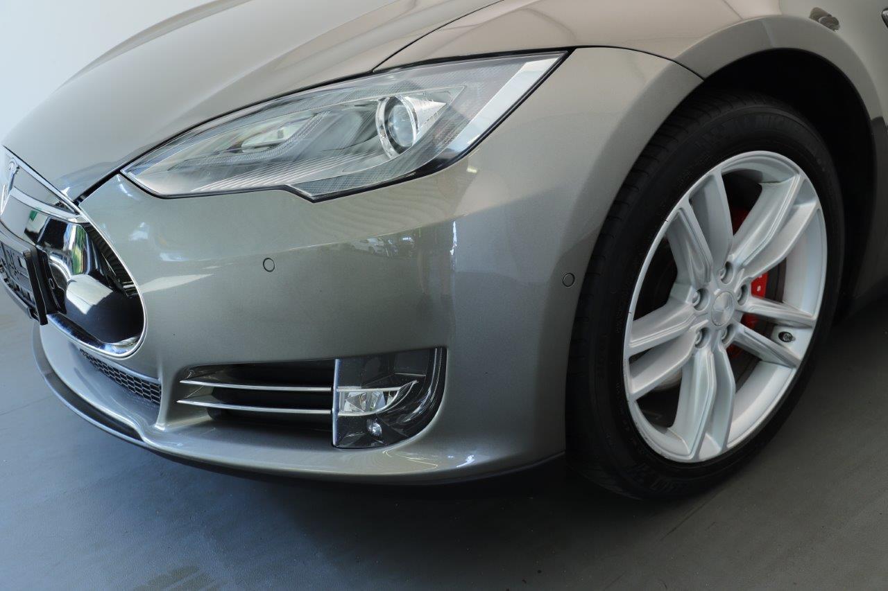Linke Vorderseite eines grauen Tesla Model S in Nahaufnahme