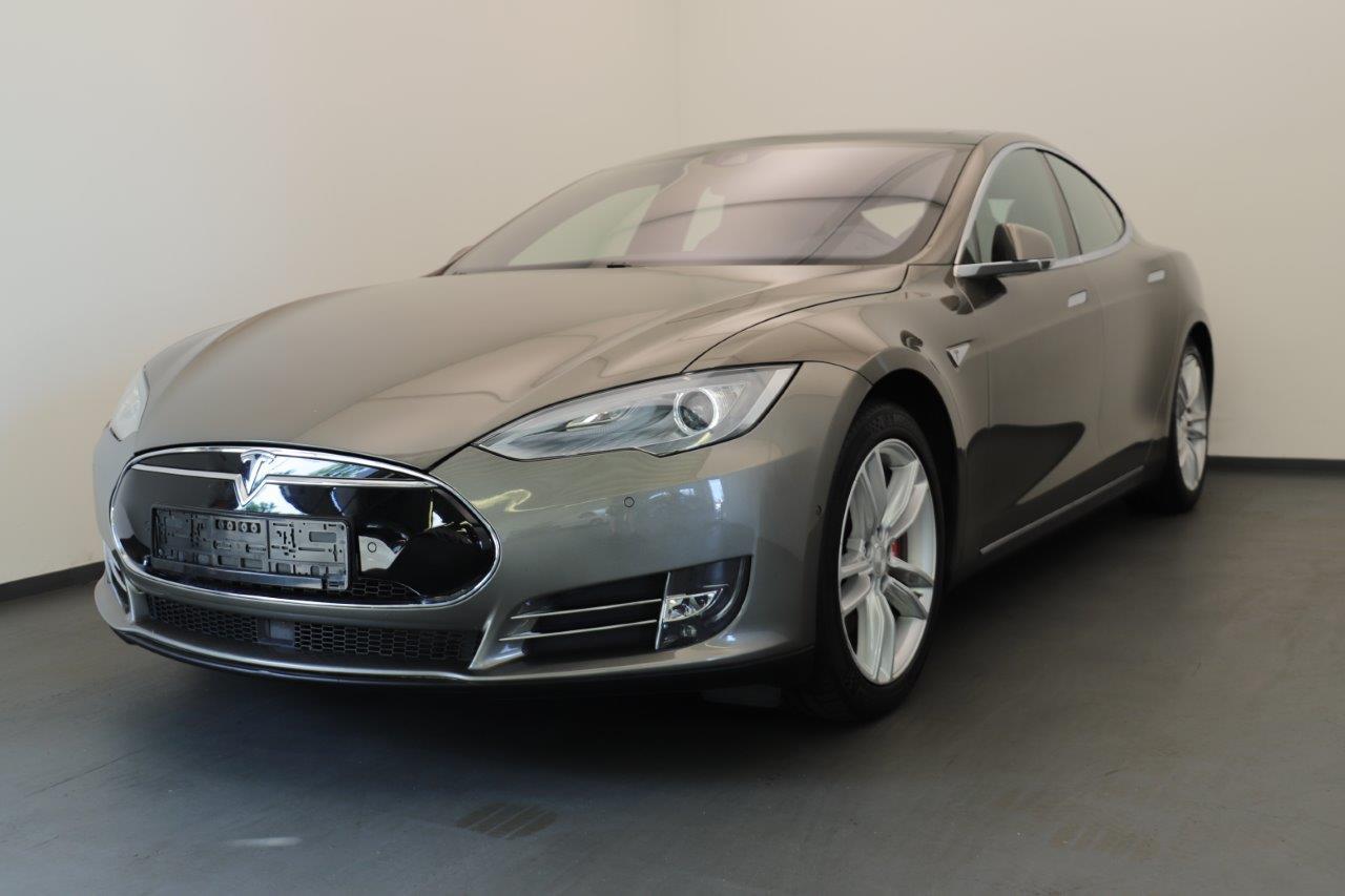 Vorderseite eines grauen Tesla Model S