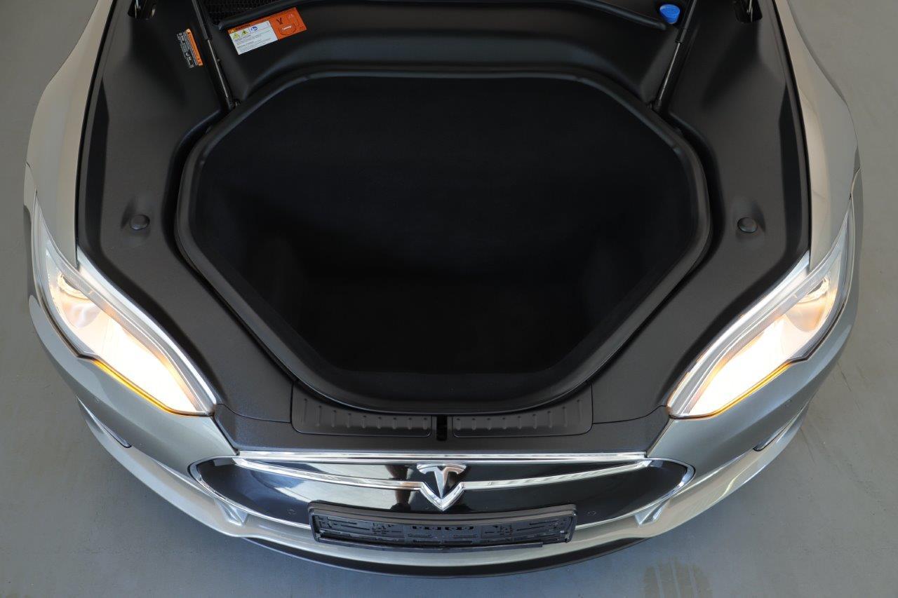 Geöffneter Frunk im Tesla Model S