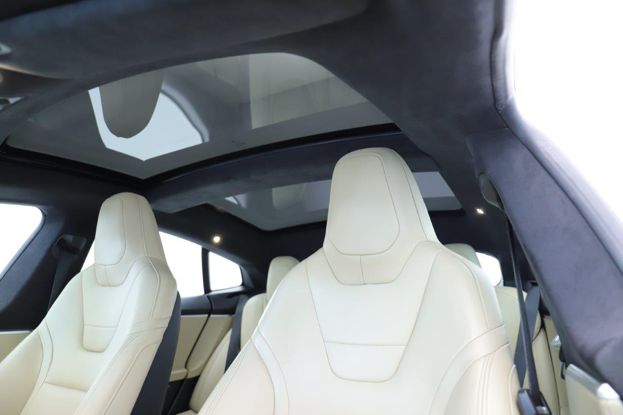 Glasdach in Tesla Model S über hellen Ledersitzen