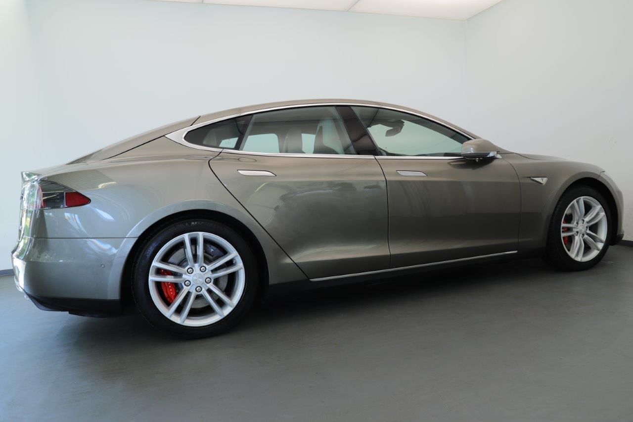 Beifahrerseite eines grauen Tesla Model S